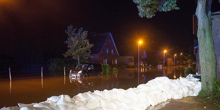 Rettungskräfte mussten in Wassenberg den Ortsteil Ophoven evakuieren. (Quelle:dpa)