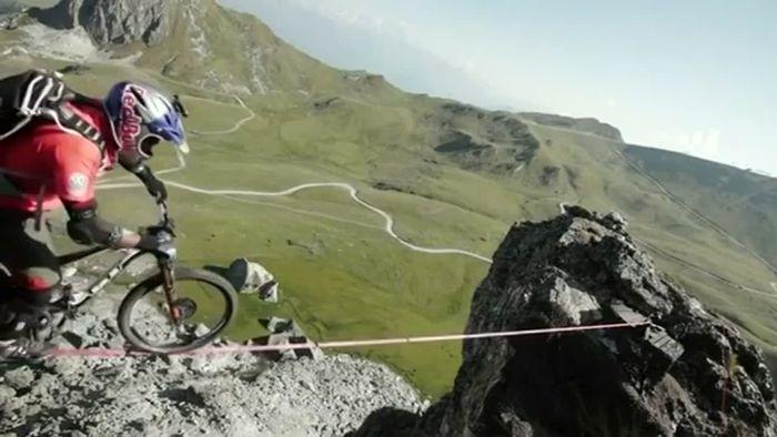 Waghalsige Fahrt! Auf der Slackline in den Alpen
