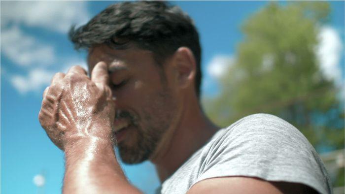 Mann fässt sich an Stirn wegen Kreislaufproblemen