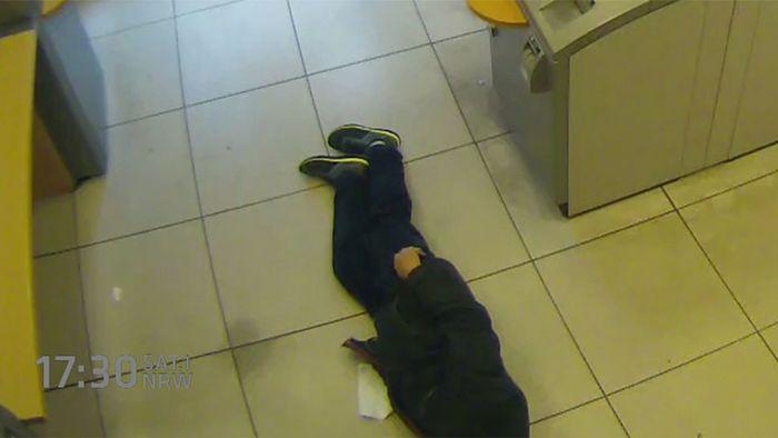 Erschreckend: Rentner stirbt in Bank - und keiner hilft!