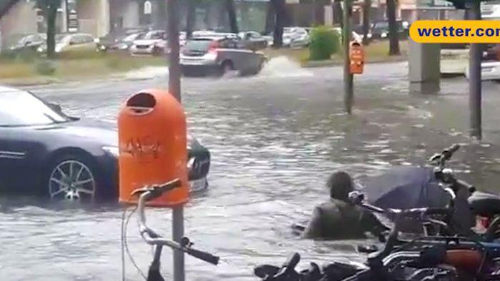 Regenchaos in Berlin! Frau stürzt in Fluten