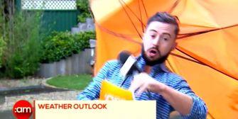 Weggeblasen: Windböe erwischt irischen Wettermann