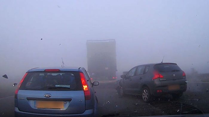 Horror-Unfall im Nebel: Dashcam filmt Massenkarambolage