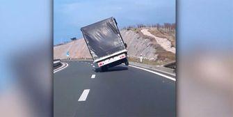 Gefährliche Seitenwinde: Lastwagen stürzt beinahe um