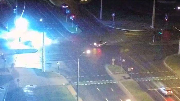 Grelle Lichtblitze! Auto rast in Straßenlaterne