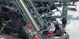 Skilift rast rückwärts und schleudert Personen aus Gondel