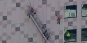 Außenlift abgestürzt: Arbeiter hängen zwischen Himmel und Erde