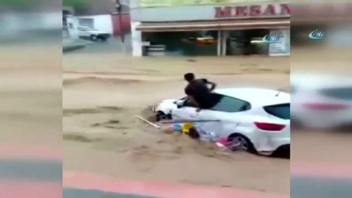 Unwetter in Türkei: Wassermassen reißen Autos mit