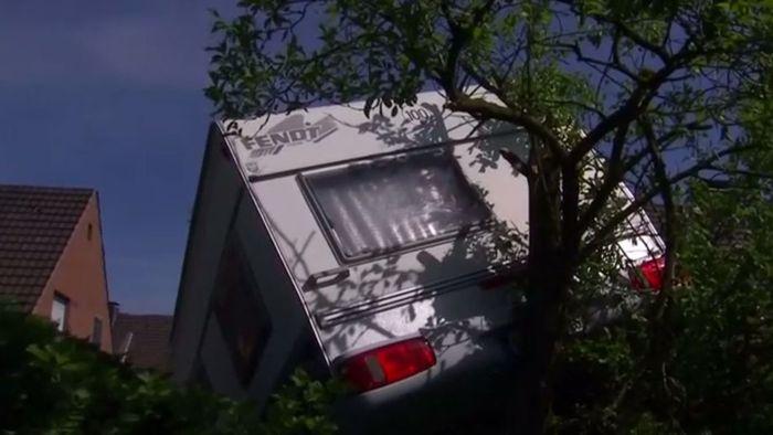 Tornado-Schock in Viersen: Wohnwagen durch Luft gewirbelt