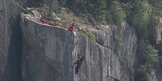 Lebensgefährlich! Mann baumelt mit Fallschirm am Abgrund