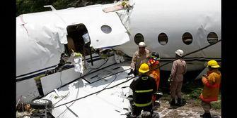 Jet zerbrochen! Flugzeug schießt über Landebahn hinaus