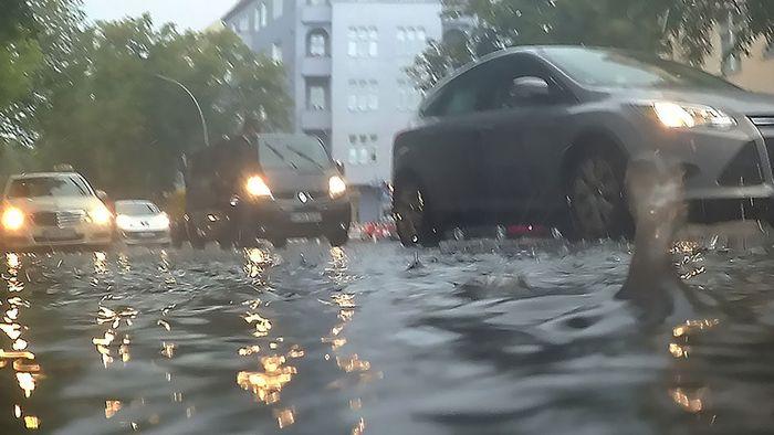Ausnahmezustand in Berlin: Starkregen flutet Straßen