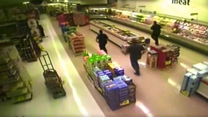 Aus Panik: Mann fällt in Supermarkt aus Decke