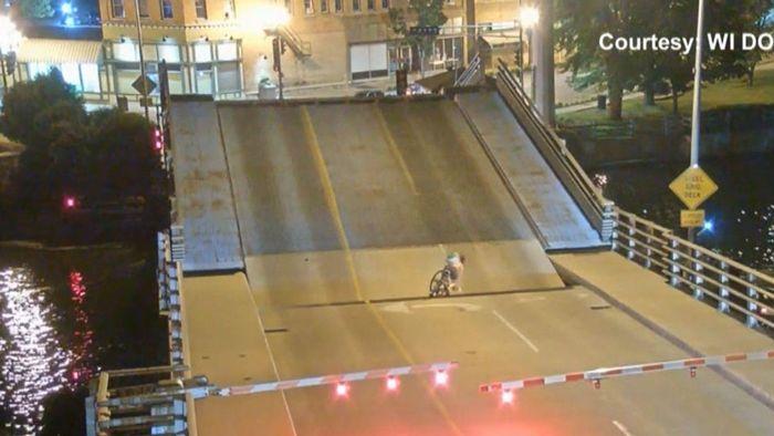 Radlerin stürzt in sich öffnende Brücke
