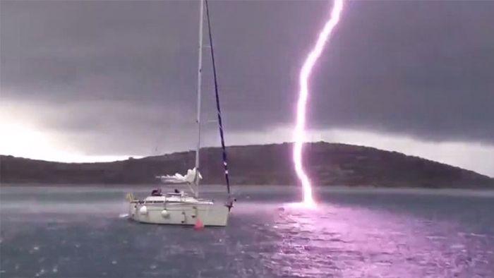 Blitz schlägt haarscharf neben Boot ein