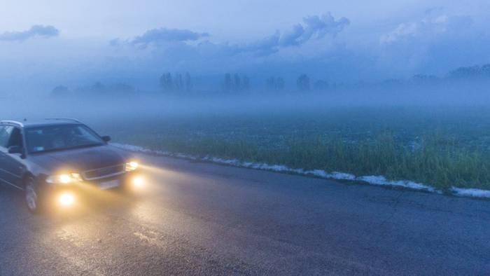 Bei starkem Nebel sollten Fahrer die Nebelscheinwerfer einschalten.