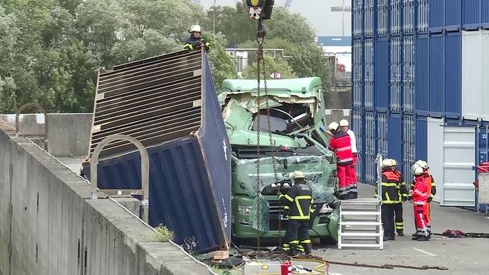In Hamburg wurde ein Container auf einen LKW geweht.