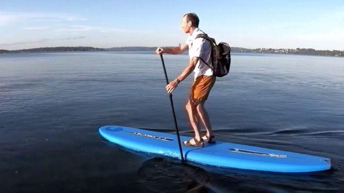 Einmaliger Arbeitsweg: Google-Angestellter nutzt Paddle-Board, Gleitschirm und Einrad