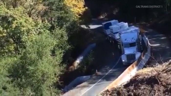 Kurve zu eng: Truck stürzt Abhang hinunter