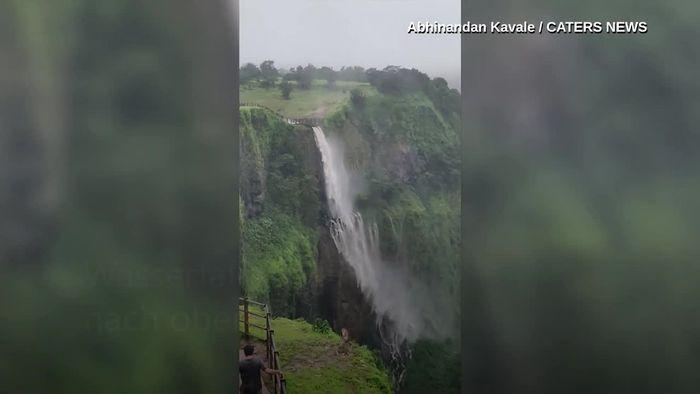 Wasserfall fließt falsch herum