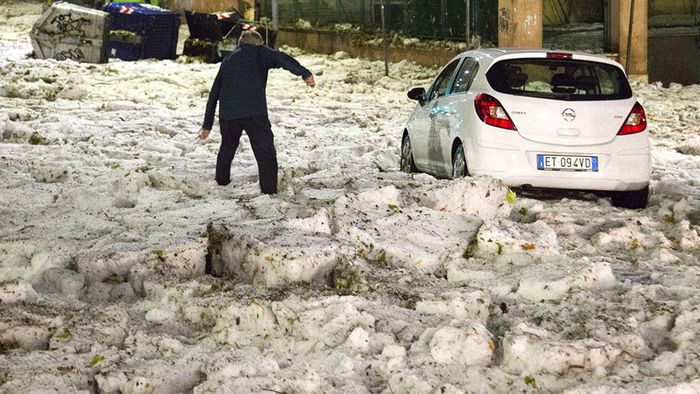 Hagel tüncht in Rom in winterliches Weiß