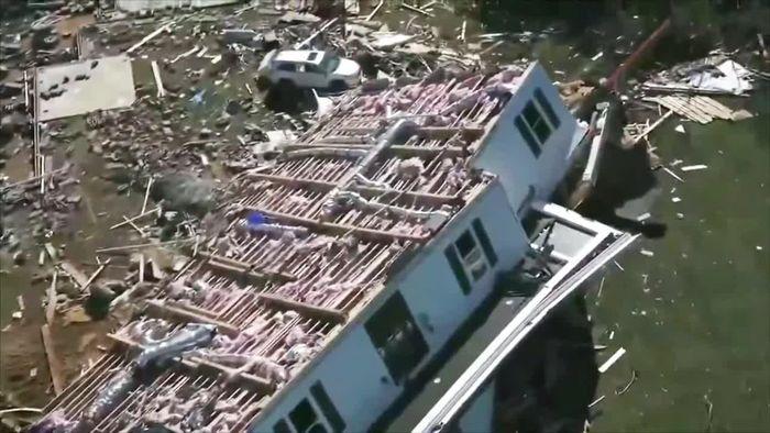 Tornado dreht Haus auf Dach