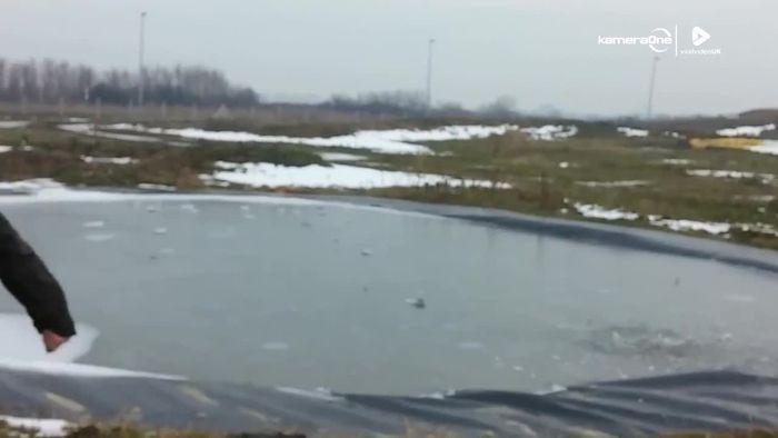 Nicht nachmachen! Silvesterrakete explodiert unter Eis