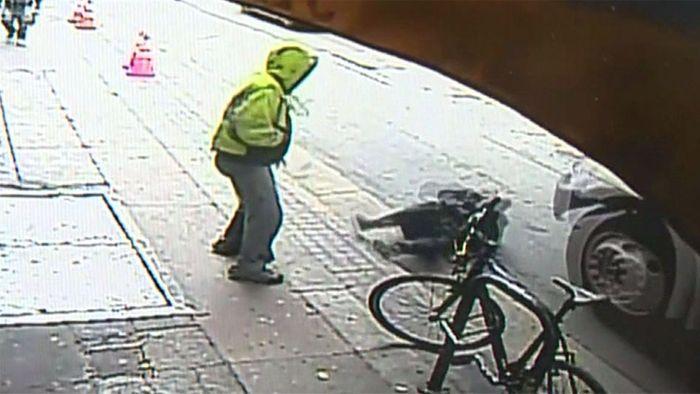 Mordversuch aus dem Nichts: Mann stößt Fußgänger vor Lkw