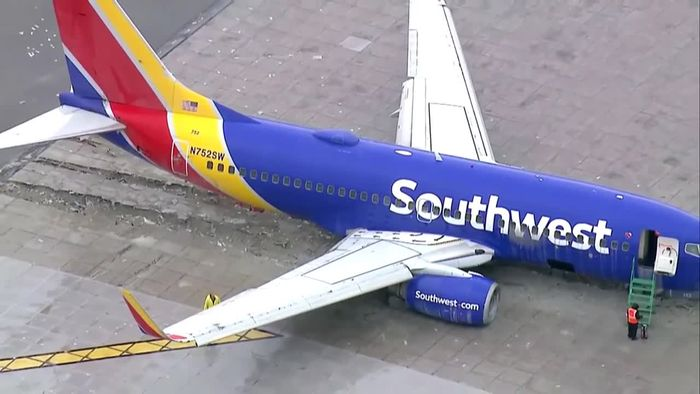 Bei starkem Regen: Flugzeug schießt über Landebahn hinaus
