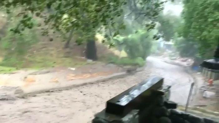 Heftige Regenfälle verwandeln Straße in reißenden Fluss