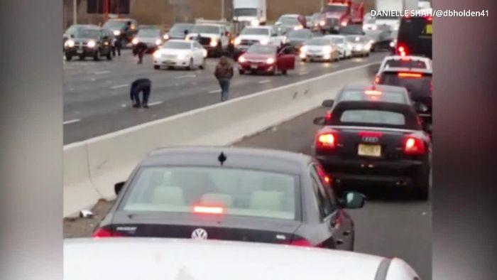 Geldtransporter defekt: Scheine regnen auf Autobahn