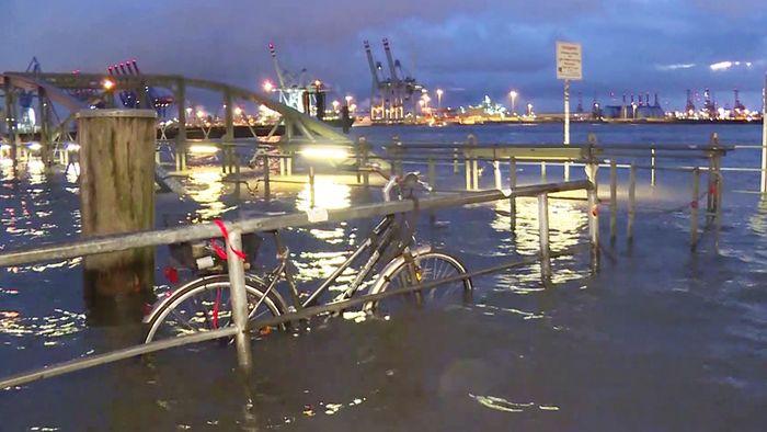 Eine schwere Sturmflut hat die Nord- und Ostseeküste getroffen.