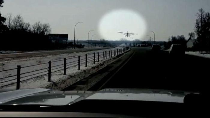 Autofahrer trauen ihren Augen nicht: Kleinflugzeug landet auf Highway