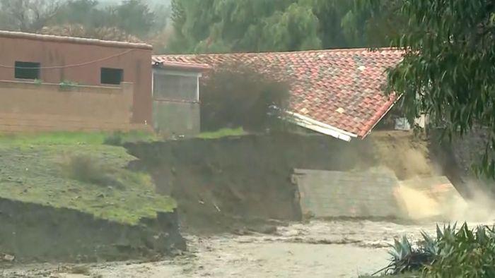 Wassermassen: Haus stürzt vor laufender Kamera ein