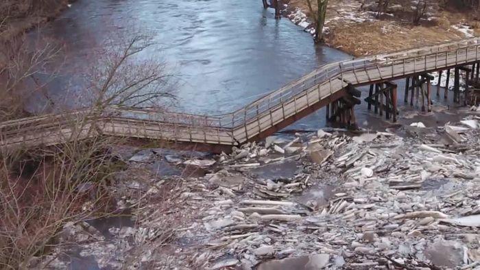 Brücke knickt durch Eisstau ein