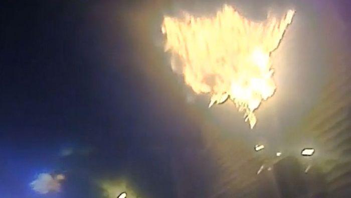 Wohnung in Flammen: Mutter wirft Kinder in Arme von Polizisten