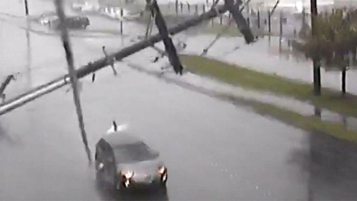 Ehepaar beinahe erschlagen: Strommast stürzt auf Auto