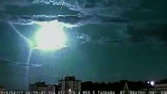 Meteorit verglüht in gewaltigem Lichtkegel