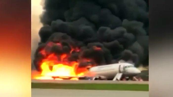Flugzeugunglück in Moskau: Mehr als 40 Tote nach Notlandung