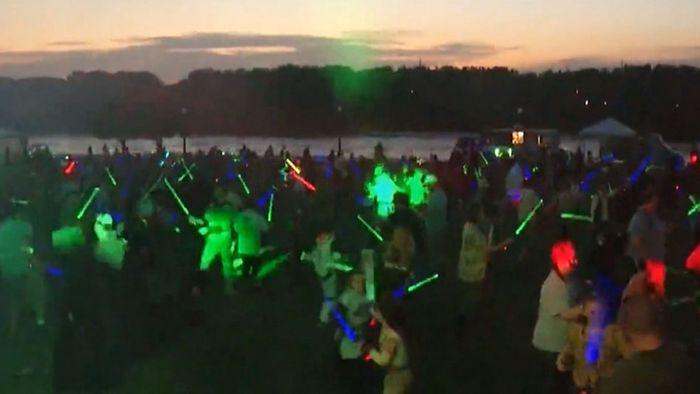Weltrekord: 3860 Star-Wars-Fans kämpfen mit Lichtschwertern