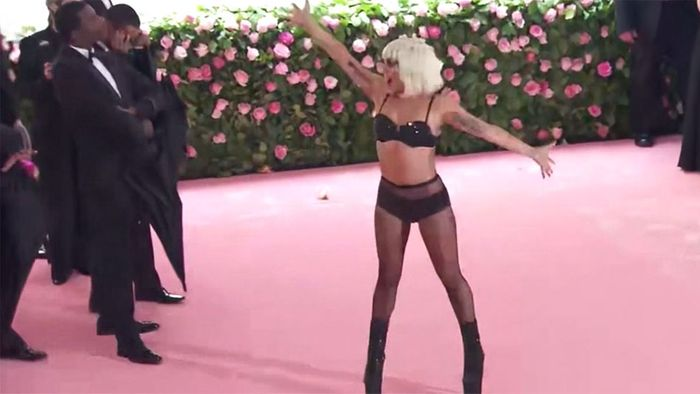 Lady Gaga mit heißem Strip bei Met Gala in New York