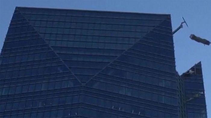 Horror! Wind schleudert Fensterputzer auf Arbeitsplattform herum