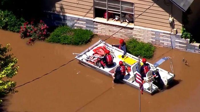 Schlimme Überflutungen in Oklahoma: Familie per Boot gerettet