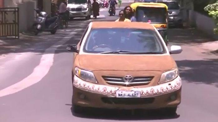 Kuhdung statt Klimaanlage: Inderin schützt Auto vor Hitze