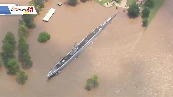 Hochwasser spült ausgemustertes U-Boot weg