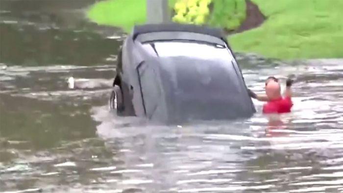 Dramatische Rettung: Feuerwehrleute befreien Frau aus sinkendem Auto