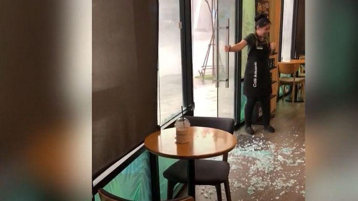 Enorme Wucht: Sturm zerschmettert Tür von Café