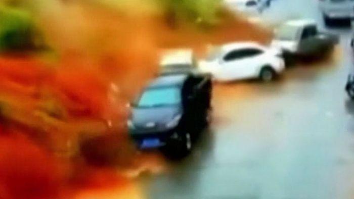 Gewaltiger Erdrutsch begräbt Straße unter sich - Mann vermisst