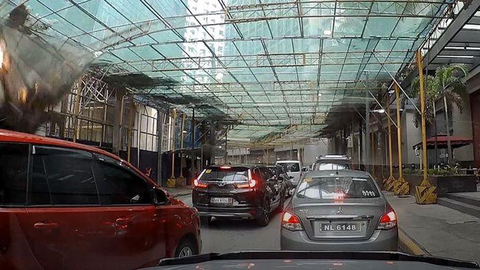 An Baustelle: Zement-Container stürzt auf Autofahrer