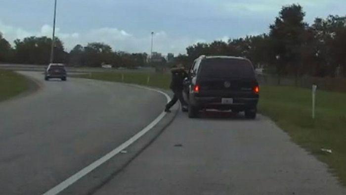 Nach Verkehrskontrolle: Mann schleift Polizisten 90 Meter weit